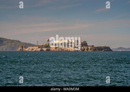 Die Insel Alcatraz in der Bucht von San Francisco. San Francisco, Kalifornien, Vereinigte Staaten von Amerika - Stockfoto