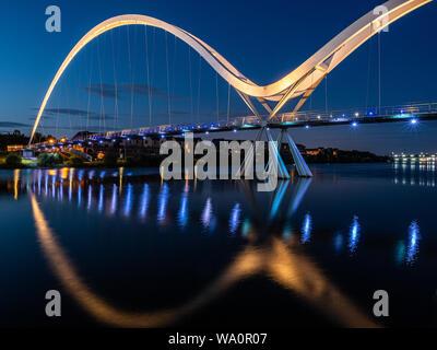 Eine öffentliche Fußgänger Rad- und Fußgängerbrücke über den Fluss-T-Stücke der Infinity Brücke, ist in Stockton on Tees. England. - Stockfoto