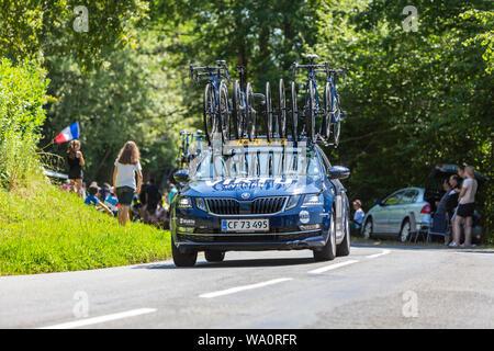 Bosdarros, Frankreich - Juli 19, 2019: Das Auto von weiblichen Team Virtu Radfahren Laufwerke in Bosdarros während La Kurs von Le Tour de France 2019