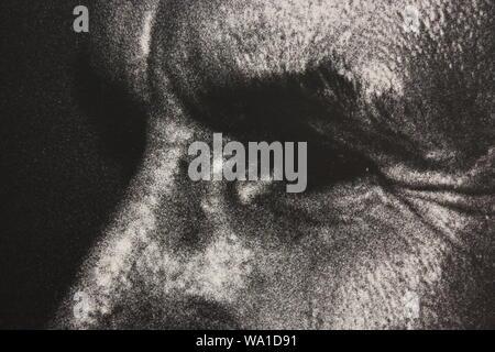 Feine schwarze und weiße Kunst Fotografie von den 1970er Jahren von einem Mann verdächtigen von dem, was er sieht.