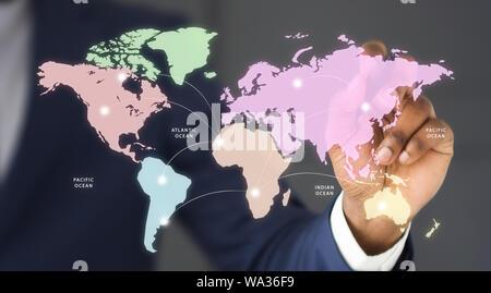 Geschäftsmann Anschluss verschiedener Länder auf der Weltkarte - Stockfoto