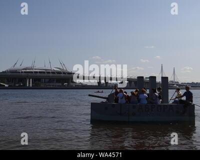 Viele lustige Konstruktionen fand in der jährlichen Self-made Boote Rennen in St. Petersburg, Russland - Stockfoto
