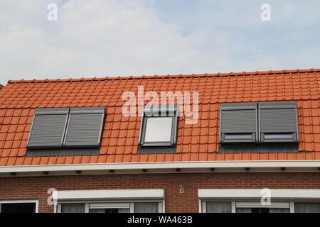 Ein Haus mit neuem Dach windows - Stockfoto
