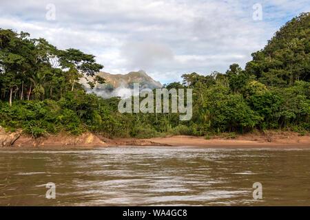 Grünen Regenwald Berge in Wolken, Amazonas Becken an magischen Sonnenaufgang, Südamerika - Stockfoto