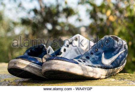 Fußmatte Vor Ein Sitzen Blaue Nike Auf Einer Paar Schuhe 80OnPXZNwk