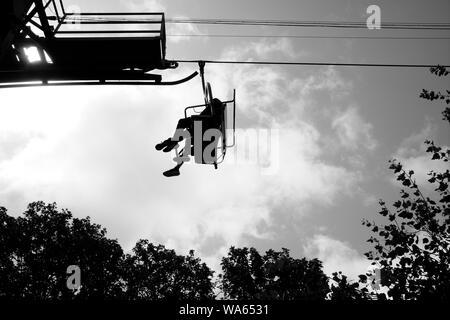 Suchen, um sich an die Sesselbahn am Alum Bay Isle of Wight an der Nadeln Sehenswürdigkeiten Attraktion - Stockfoto