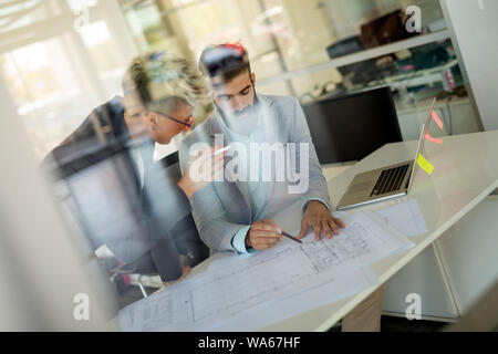Gruppe von Geschäftsleuten. Geschäft Leute ihre neuen Ideen teilen. - Stockfoto