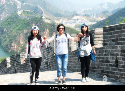 Drei chinesische Frau Spaß auf der Chinesischen Mauer bei Huanghua Cheng landschaftlich reizvollen Gegend in West Beijing China. - Stockfoto