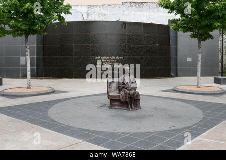 Eine lebensgroße Bronzestatue der afroamerikanischen Bürgerrechtsbewegung kraftvolles Rosa Parks, sitzen auf einem Bus Sitzbank, der Schwerpunkt eines Plaza in einem Dallas Area Rapid Transit oder DART, Station, die im Jahr 2009 in Dallas, Texas - Stockfoto