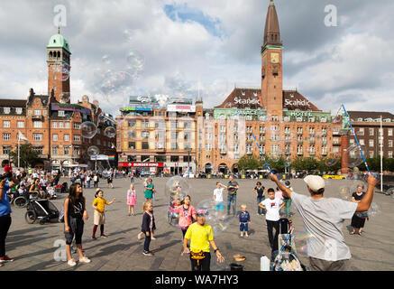 Ein Mann blasen blasen für die Kinder im Sommer, Rathausplatz, das Stadtzentrum von Kopenhagen, Kopenhagen Dänemark Skandinavien Europa - Stockfoto