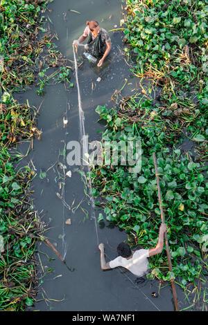 MANDALAY, MYANMAR - 03. Dezember 2018: Von oben nach unten Bild von lokalen burmesische Fischer eine Net unter die U-Bein Brücke, in Mandalay gelegen, - Stockfoto