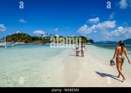 Touristen zu Fuß auf eine Sandbank bei Ebbe, Snake Island, El Nido, Palawan, Philippinen - Stockfoto