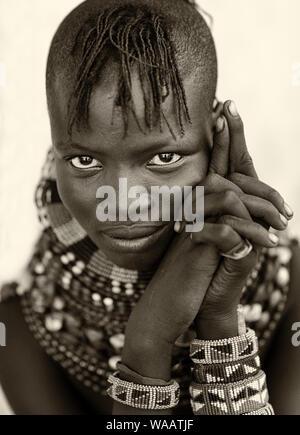 Schöne Turkana tribal Mädchen mit traditionellem Kopfschmuck Halskette und in Loyangalani, Kenia.