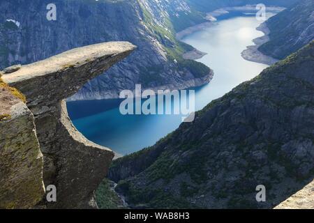 Troll's Zunge Rock in Norwegen. Touristische Attraktion bekannt als trolltunga. Rock Kanzel über dem See. - Stockfoto