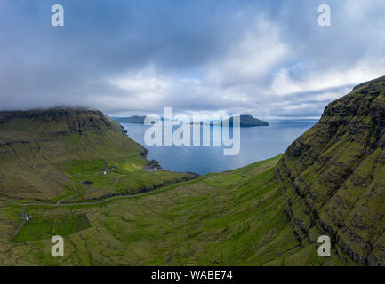 Nodradalur Antenne Panoramablick unter den Wolken, Eysturoy, Färöer Inseln - Stockfoto