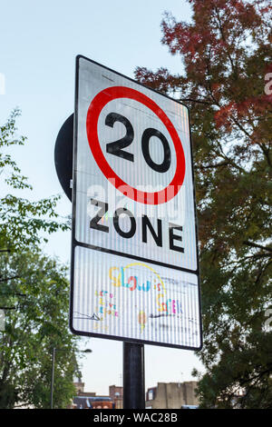 Tempolimit Zeichen in einer 20-Km/h-Zone, Islington, London, UK - Stockfoto