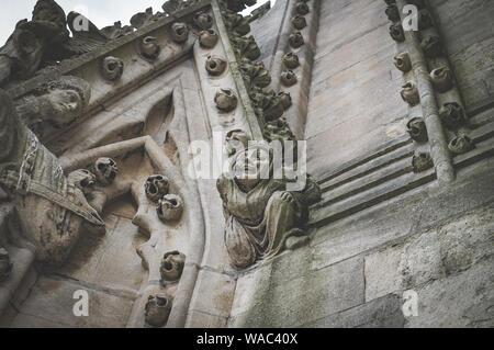 Eine Nahaufnahme eines geschnitzten Stein Abbildung und Dekoration auf dem Turm der Kirche St. Maria, der Jungfrau, Oxford, England, UK. - Stockfoto