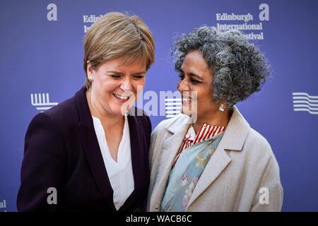 Edinburgh 19. August 2019; Erster Minister von Schottland Nicola Stör und Arundhati Roy beim Edinburgh International Book Festival. Credit steven Scott Taylor/alamy leben Nachrichten