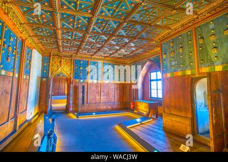 SALZBURG, Österreich - 27. FEBRUAR 2019: Die dem Erzbischof Zimmer der Festung Hohensalzburg in der gleichen maneer mit verzierten Decken und Wände als fertig sind - Stockfoto
