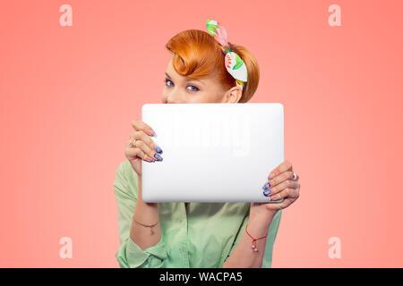 Student versteckt sich hinter Laptop. Closeup Portrait headshot Schöne nette junge geschäftsfrau Pinup girl Holding Übersicht Computer auf Pfirsich isolierte Rosa - Stockfoto
