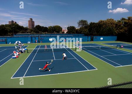 Bronx, New York, USA. 19 Aug, 2019. Ein Doppel während der NYJTL Bronx geöffnet an der Cary Leeds Tennis Center, in Crotona Park in der New Yorker Bronx. Das Turnier, das der Öffentlichkeit frei ist, ist die erste professionelle Turnier in der Bronx seit 2012. Quelle: Adam Stoltman/Alamy leben Nachrichten - Stockfoto