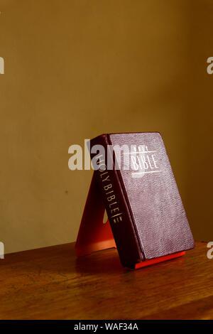 Foto einer Bibel auf einem Tisch - Stockfoto
