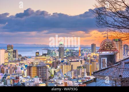 Kobe, Hyogo, Japan Stadtbild aus historischen Kitano Bezirk in der Abenddämmerung. - Stockfoto