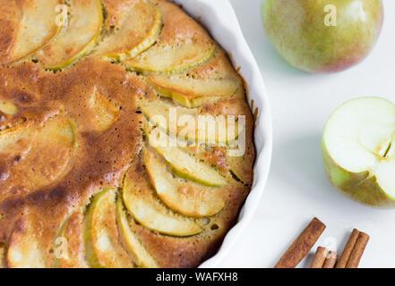 Hausgemachte frisch gebackenen Apfelkuchen mit Zimt, close-up - Stockfoto