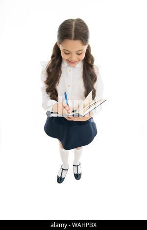 Essay zu schreiben. Schule Mädchen ausgezeichneter Schüler bereit, Essay oder in der schule Projekt. Schulmädchen tragen Schuluniform. Kenntnisse täglich. Mädchen mit Buch oder Arbeitsmappe kopieren. Kid perfekte Schüler mit Hausaufgaben fertig. - Stockfoto