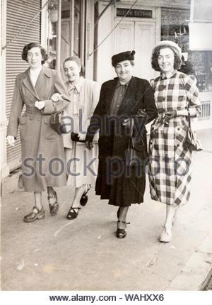 Nur Glücklich lächelnde Frau Familie Gruppe zusammen zu Fuß auf der Straße Frankreich ca 1950s - Stockfoto