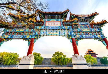 """Kunstvollen chinesischen Tor. Pfeil Tower, gugong Verbotene Stadt, Beijing, China. Der Kaiserpalast gebaut in den 1600's während der Ming Dynastie. Chinesische Schriftzeichen bedeutet übersetzt """"große Moral Leben'. - Stockfoto"""