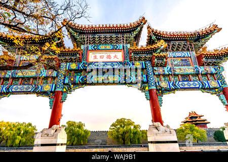 Kunstvollen chinesischen Tor Pfeil Wachtturm, Verbotene Stadt, Beijing, China. Der Kaiserpalast gebaut während der Ming Dynastie. Die englische Übersetzung der Chinesischen ist groß Moral Leben. - Stockfoto