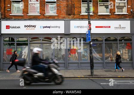 London, Großbritannien. 21 Aug, 2019. Frauen vorbei an einer überdachten-up High Street Shop auf Green Lanes in Harringay, nördlich von London. Unter der Labour Party Vorschläge, Sie unterstützt die örtlichen Behörden aufgegeben High Street Shops, die für 12 Monate frei zu Startups, kooperative Unternehmen und Projekten der Gemeinschaft zu ergreifen. Credit: Dinendra Haria/SOPA Images/ZUMA Draht/Alamy leben Nachrichten - Stockfoto