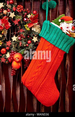 Weihnachtsstrumpf und dekoriert Kranz close-up. - Stockfoto
