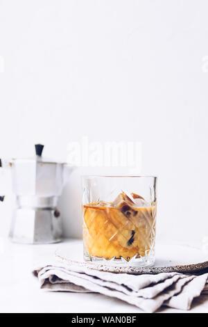 Kaffee Espresso mit Milch Eiswürfel im Glas auf weißem Hintergrund mit kopieren. Kalten Sommer trinken. - Stockfoto