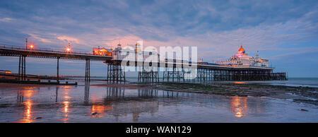 Eastbourne Pier ist ein Badeort, der Pleasure Pier in Eastbourne, East Sussex, an der Südküste von England. - Stockfoto