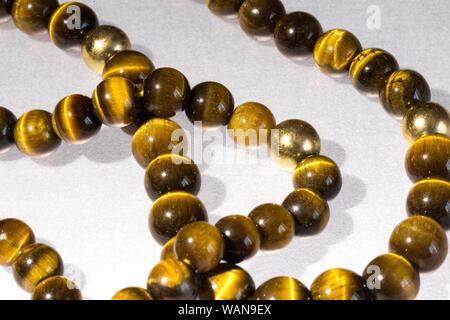 Immer noch Leben, um von der einen Vintage Tigerauge Halskette - Stockfoto