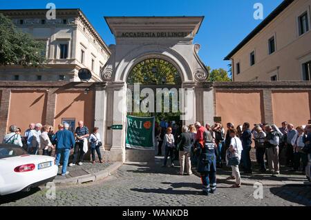 Die Menschen in der Warteschlange der Akademie der Lincei (Villa Farnesina) während der FAI-Tage in Rom, Latium, Italien zu besuchen - Stockfoto