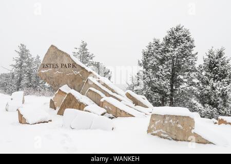 Die herzlich Willkommen Schild nach Estes Park am US-Highway 36 ist mit frischem Schnee bedeckt. - Stockfoto