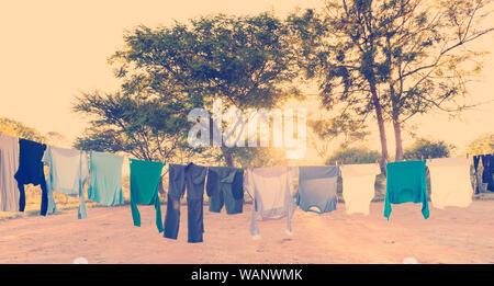 Mens und der Wäsche trocknen auf der Wäscheleine im Freien mit Wäscheklammern und Sun Streaming hinter mit retro Instagram stil Filterwirkung - Stockfoto