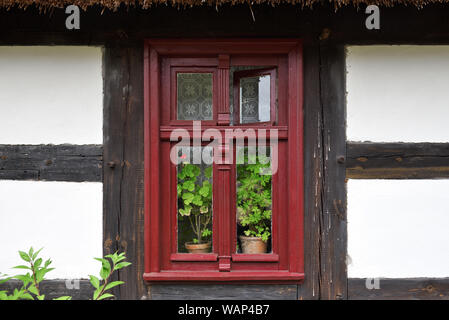 Fenster der alten Ethno House in der Volkskultur Museum in Osiek durch den Fluss Notec. Polen, Europa - Stockfoto