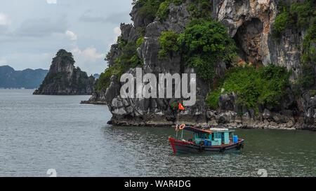 Boot in Ha Long Bay - Stockfoto