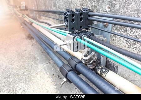 Elektrische Leitungen und Kabel line Glasfaser. 5 G Smart mobile Telefon Radio Netzwerk Antenne der Basisstation. Sender Anschlusstechnik auf zellulärer Phon - Stockfoto