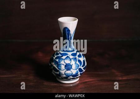 Bunte blue Vintage flower bemalte Vase Porzellan, chinesisches Porzellan auf hölzernen Hintergrund - Stockfoto
