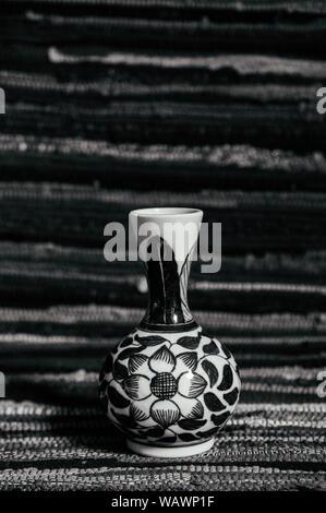 Alte vintage Flower bemalte Vase Porzellan, chinesisches Porzellan auf abtract Stoff Hintergrund - Stockfoto