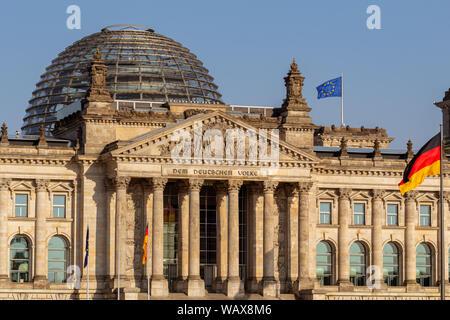 Reichstag, Sitz des deutschen Parlaments (Deutscher Bundestag) in Berlin, Deutschland - Stockfoto
