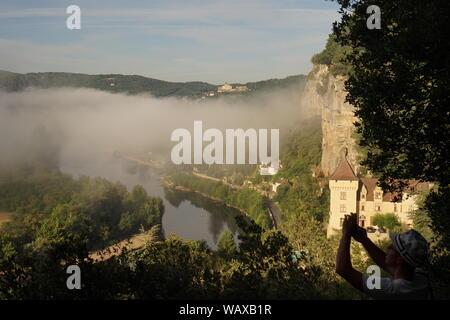Panoramablick auf die Szene der Nebel steigt aus dem Fluss über das Tal - Stockfoto