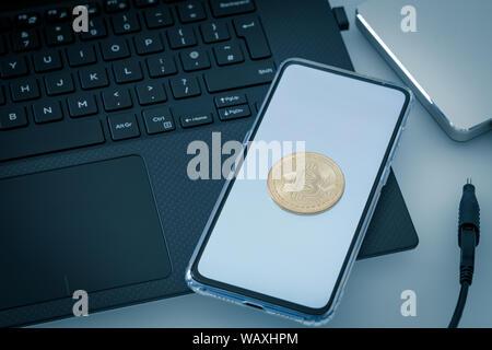 Laptop mit Handy und bitcoin - Stockfoto