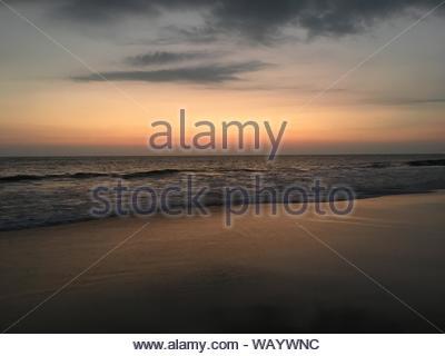 Seashore unter grauem Himmel - Stockfoto