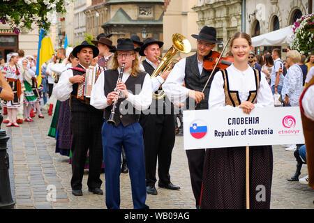 Slowenischer Folklore Gruppe in traditionellen Kostümen Musikern während der Parade der Etnovyr Festival in der Straße von Lemberg. Lemberg, Ukraine - Stockfoto